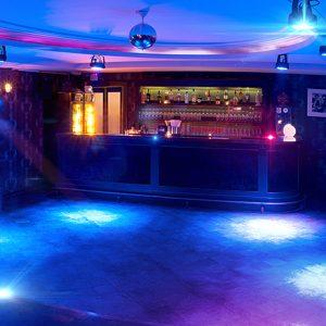Club / Lounge Partyraum nahe dem S-Bahnhof Friedrichstraße in Berlin Mitte zum Mieten mit Bartresen, Tanzfläche und Loungeecke.
