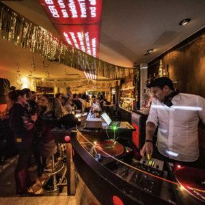 DJ und Tanzfläche unserer Cocktailbar in Wilmersdorf