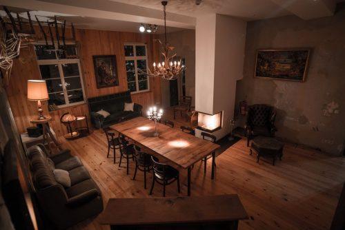 Zimmer mit Kamin